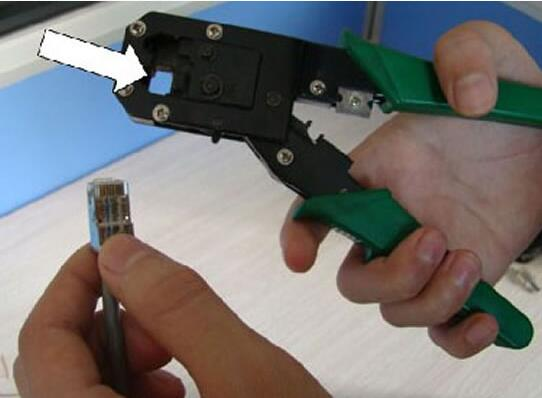 的工具,它有一个用于压线的六角缺口,一般这种压线钳也同时具有剥线、剪线功能。按功能可分为单用、两用、三用。   单用分:   4P(可压接4芯线:电话接入线)(4P:4 Pin,即4针)   6P (可压接6芯线:电话话筒线 RJ11)(RJ11:Registered Jack11,即已注册的插孔11)   8P (可压接8芯线:网线 RJ45)   两用就是上面规格的组合:   4P+6P或4P+8P或6P+8P   三用的就是:   4P+6P+8P。   网线钳用法图解:   第一步 :去外皮。利用